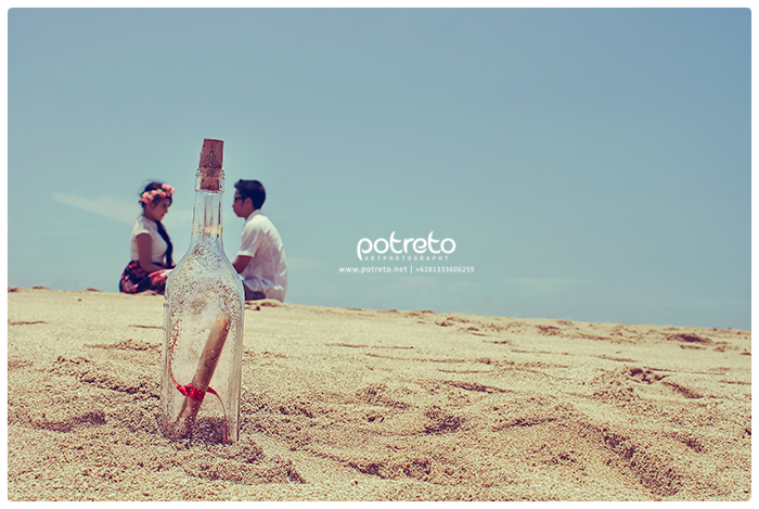 message in the bottle, prewedding vintage surabaya, foto prewedding vintage surabaya, prewedding outdoor pantai, foto prewedding pantai, foto prewedding di balekambang (5)