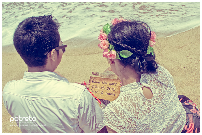 message in the bottle, prewedding vintage surabaya, foto prewedding vintage surabaya, prewedding outdoor pantai, foto prewedding pantai, foto prewedding di balekambang (8)